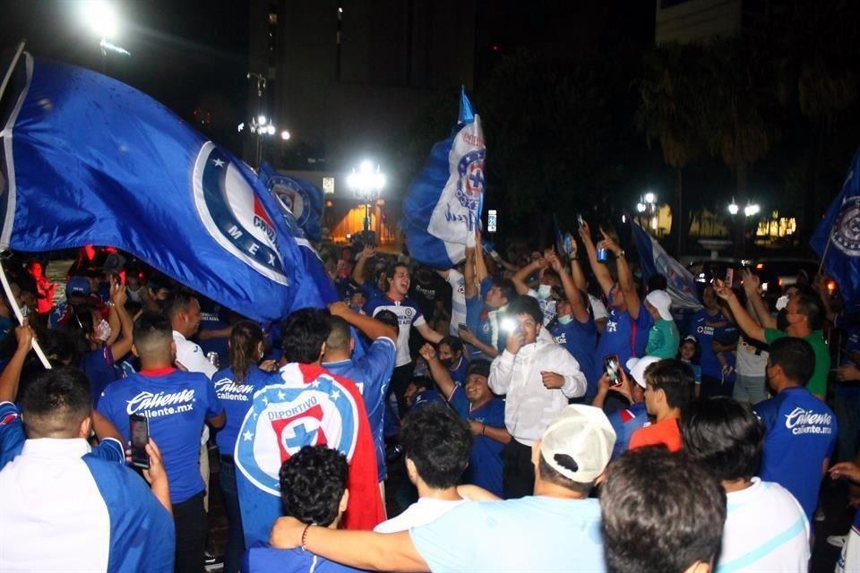 Afición de Cruz Azul invade la Macroplaza de Monterrey