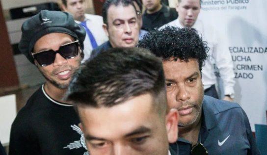 Tras declarar por ocho horas, Ronaldinho sale de la Fiscalía de Paraguay